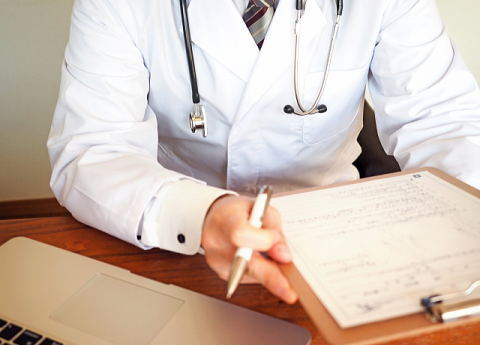 ホットフラッシュの起こる原因ついて説明する医者