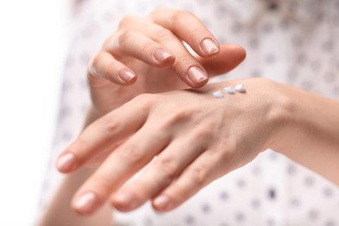こまめにクリームを塗って爪の乾燥を防ぎましょう