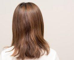 うねった髪の女性