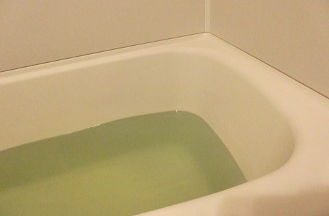華密恋を入れた後のお風呂のお湯の色