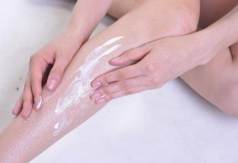 足や手にもまんべんなく、塗り残しのないよう塗りましょう。