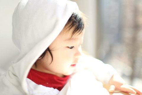 室内で日差しを浴びる赤ちゃん