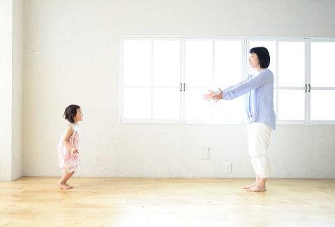 家の中で子供と遊ぶママ