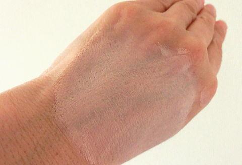 手の甲にBBクリームを塗った写真