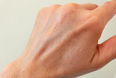 サイクルプラスのジェル、乳液、クリームを塗り終わった手の甲の写真