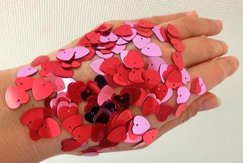 スパンコールをサイクルプラスを塗った手の甲の上にふりかけてみた!