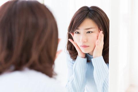 肌の乾燥やシミ、たるみ等、肌トラブルに悩む女性