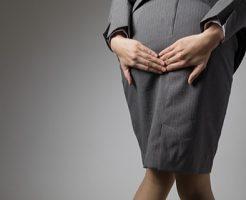 痔の痛みに耐える女性