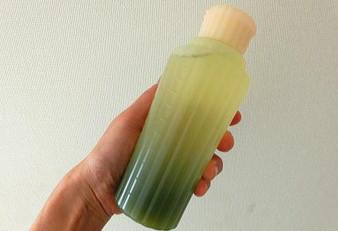 ボトル上部のグリーンが薄く、下部が濃いのは2層式だから