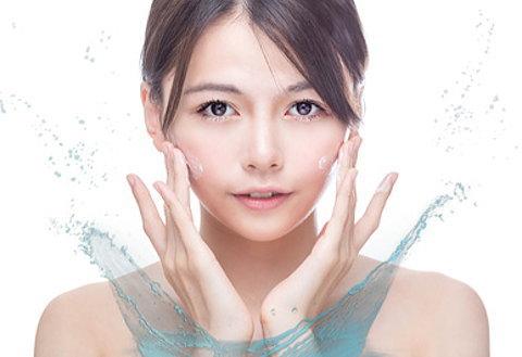 女性の肌の水分量を増やして保湿しているイメージ