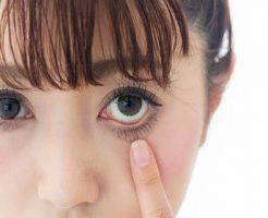 眼球の毛細血管をチェックする女性