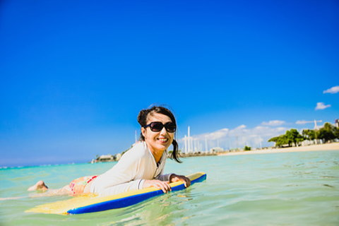 夏休みにハワイの海で日焼け防止のラッシュガードを着てボディーボードを楽しみました!