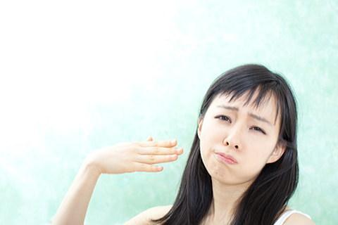 止まらない大量の頭の汗に悩む女性