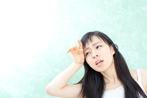 止まらない顔の汗に悩む女性