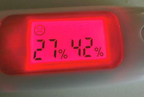 キレイ・デ・プラセンタを飲み始める前のスキンチェッカー数値(水分量27・油分量42)はかなり悪い状態です。