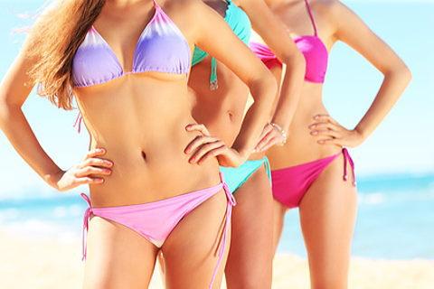 小さい胸をカバーする盛れる水着を着て誇らしげな女性達。