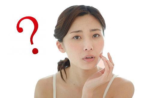 肌荒れの原因を考える女性