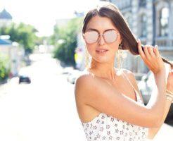 髪に強烈な紫外線を浴びている女性