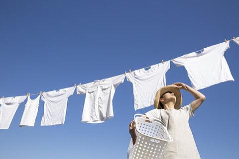 洗濯物を取り込む際の紫外線対策には手軽な日焼け止めスプレーが便利!