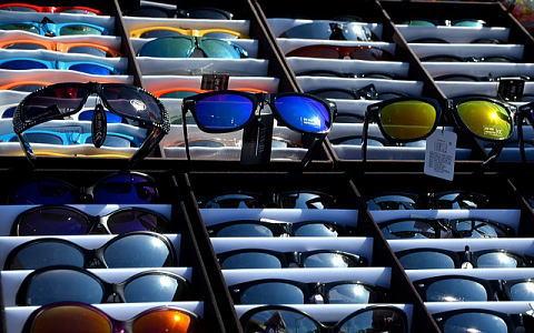 メガネ専門店に陳列された様々なタイプのサングラス