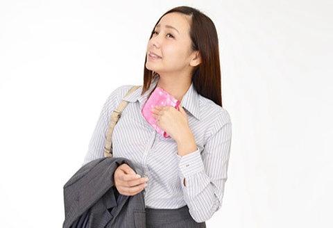 ハンカチで胸元の汗を拭く女性