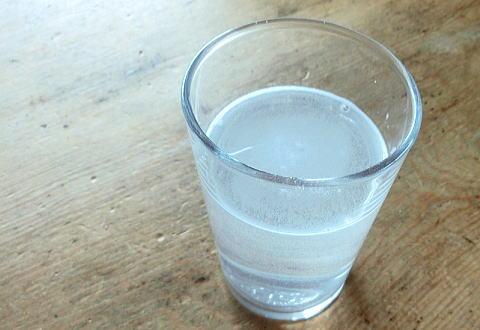 ハグコラを水に入れてかき混ぜてもうまく溶けません。