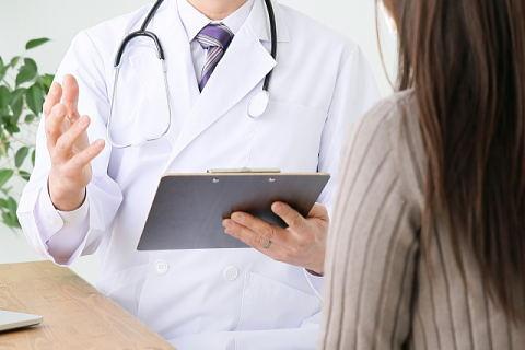 ワキガの治療について説明する医師