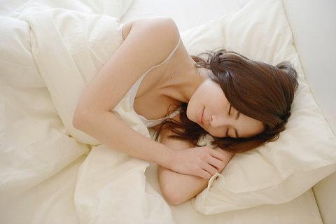 いびきが改善し熟睡する女性
