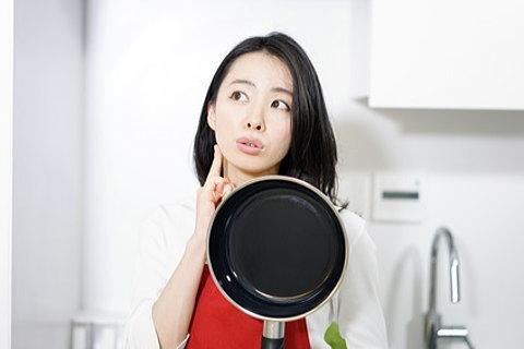 乾燥肌に効く料理を考える女性