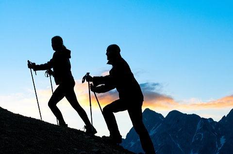 標高が高く空気の薄い山でトレーニングするを登山カップル