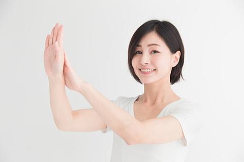 手のエイジングケアで綺麗な手をキープしている40代女性